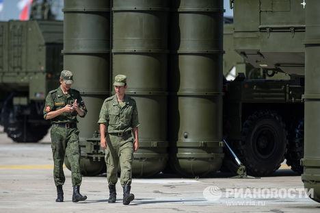 Военнослужащие у зенитно-ракетной системы С-300 во время подготовки к международному форуму «Технологии в машиностроении-2014» в подмосковном Жуковском