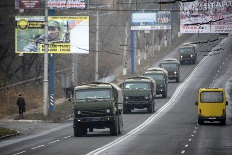 Военные машины рядом с городом Макеевка в 25 км от Донецка
