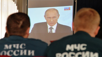 Сотрудники МЧС смотрят телевизионную трансляцию послания президента РФ Владимира Путина к Федеральному Собранию