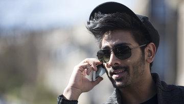 Индийский мужчина с телефоном