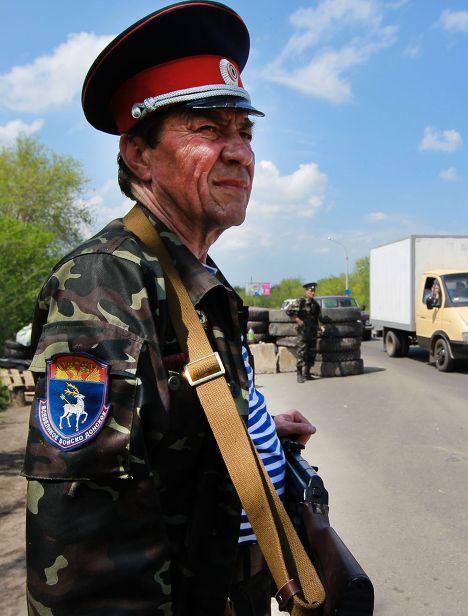 Казаки Всевеликого войска Донского (Луганской области) дежурят на блокпосту при въезде в Луганск