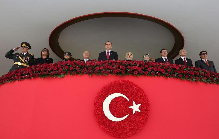 Президент Турции Реджеп Тайип Эрдоган смотрит парад в честь Дня Республики