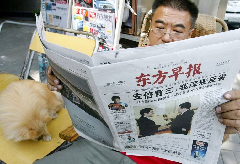 Житель Шанхая читает газету