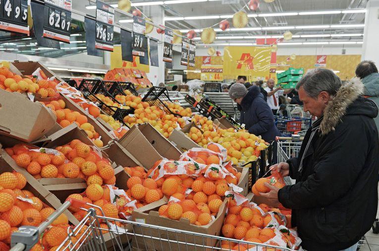 f91d845fb1be Посетитель выбирает фрукты в одном из магазинов торговой сети «Ашан» в  Москве