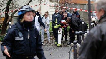 Эвакуация раненых при стрельбе в офисе издания Charlie Hebdo в Париже