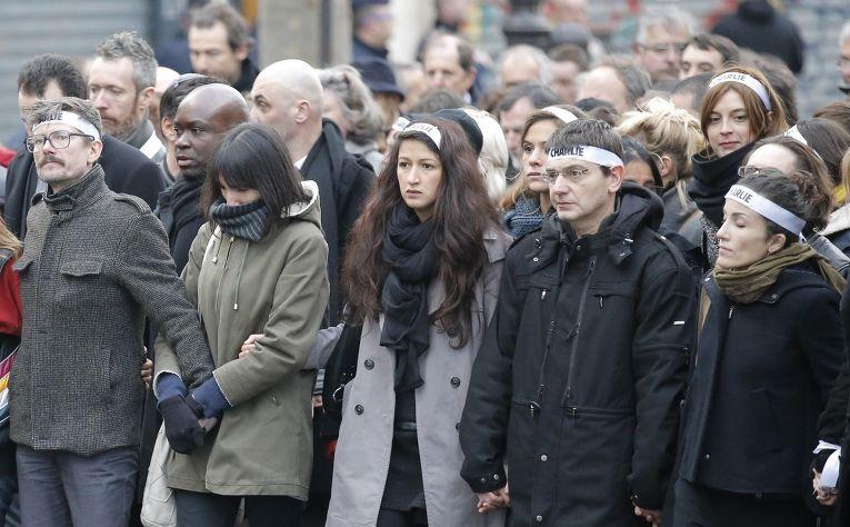 Сотрудники газеты Charlie Hebdo на марше единства в Париже, слева – художник Люз