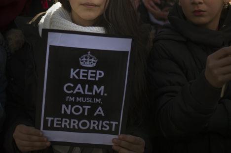 Мусульмане на акции в Мадриде, посвященной памяти жертв терактов в Париже