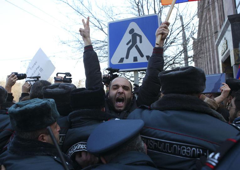 Акция протеста у российского посольства в Ереване