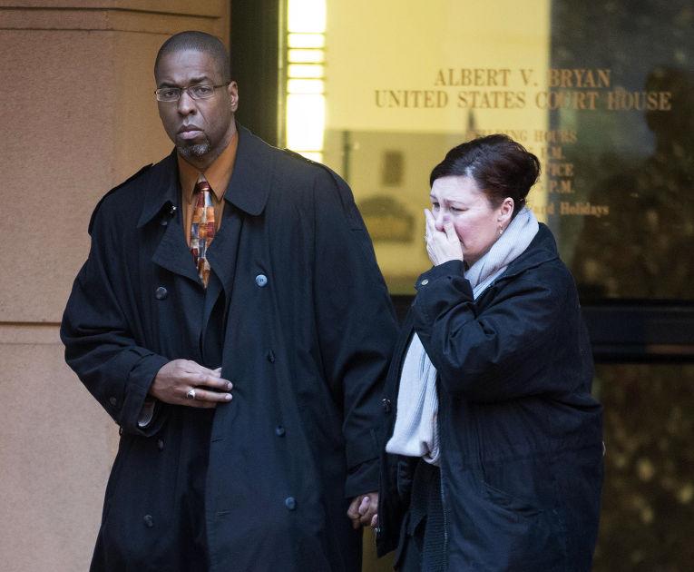 Бывший сотрудник ЦРУ Джеффри Стерлинг покидает здание суда