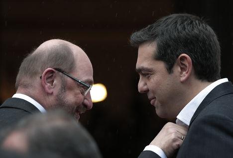 Премьер-министр Греции Алексис Ципрас и председатель Европарламента Мартин Шульц перед официальной встречей в Афинах