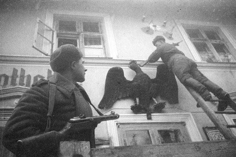 Советские солдаты снимают со стен имперского орла