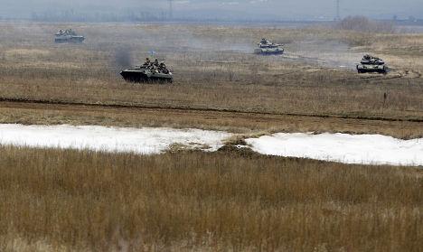 Танки украинской армии рядом с городом Дебальцево