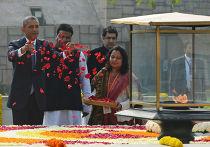 Барак Обама на месте кремации Махатмы Ганди в Нью-Дели