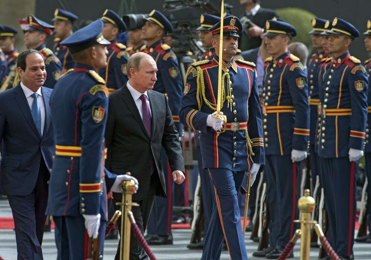 Президент России Владимир Путин и президент Египта Абдель Фаттах Ас-Cиси во время церемонии официальной встречи в Каире