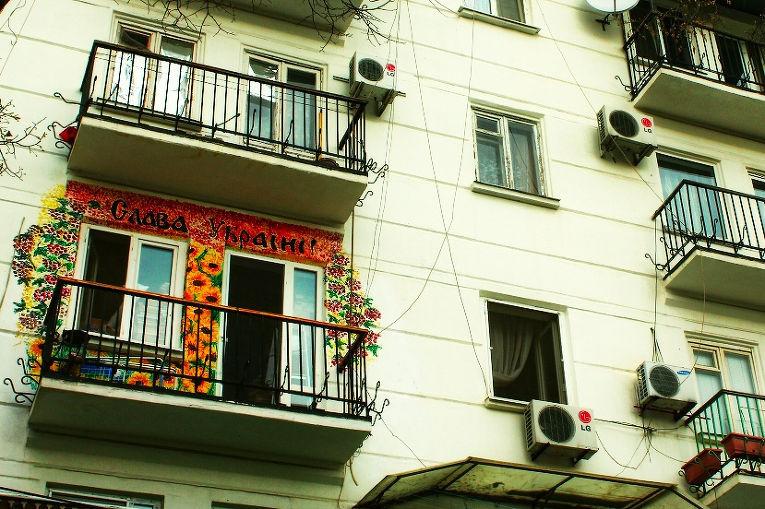 Надпись «Слава Украине!» на балконе в Одессе