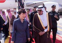 Король Саудовской Аравии Салман ибн Абдул-Азиз Аль Сауд встречает президента Республики Корея Пак Кын Хе во время ее визита в Эр-Рияд