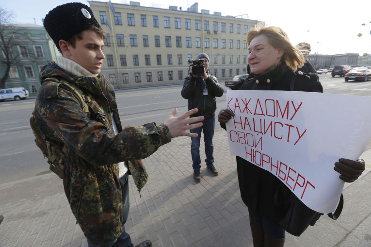 Протестующие у здания в Санкт-Петербурге, где проходит Международный русский консервативный форум