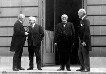 Большая четвёрка (слева направо): Дэвид Ллойд Джордж, Витторио Эмануэле Орландо, Жорж Клемансо, Вудро Вильсон на подписании Версальского договора