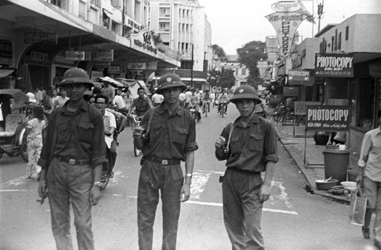Солдаты Народных вооруженных сил Освобождения на улице Сайгона