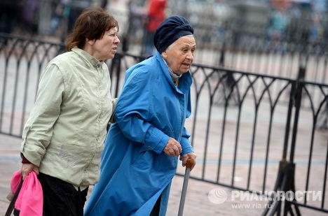 Пожилые женщины на улице Москвы