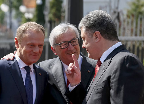 Петр Порошенко разговаривает с Жан-Клодом Юнкером и Дональдом Туском перед встречей в Киеве