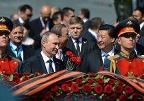 Владимир Путин и председатель КНР Си Цзиньпин на церемонии совместного возложения цветов к Могиле Неизвестного солдата в Александровском саду