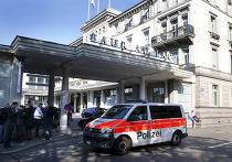 Автомобиль полиции у здания отеля в Цюрихе, где были задержаны чиновники ФИФА