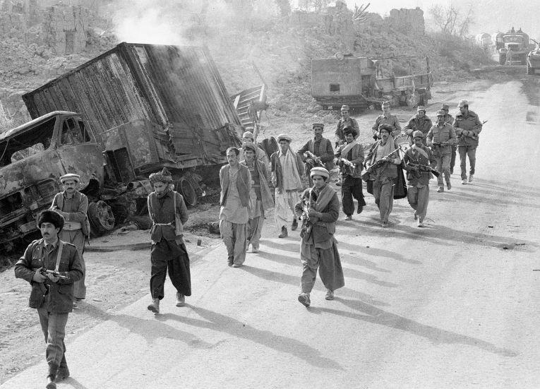 Бойцы царандоя (народной милиции Афганистана) и советские военнослужащие конвоируют захваченных в плен моджахедов
