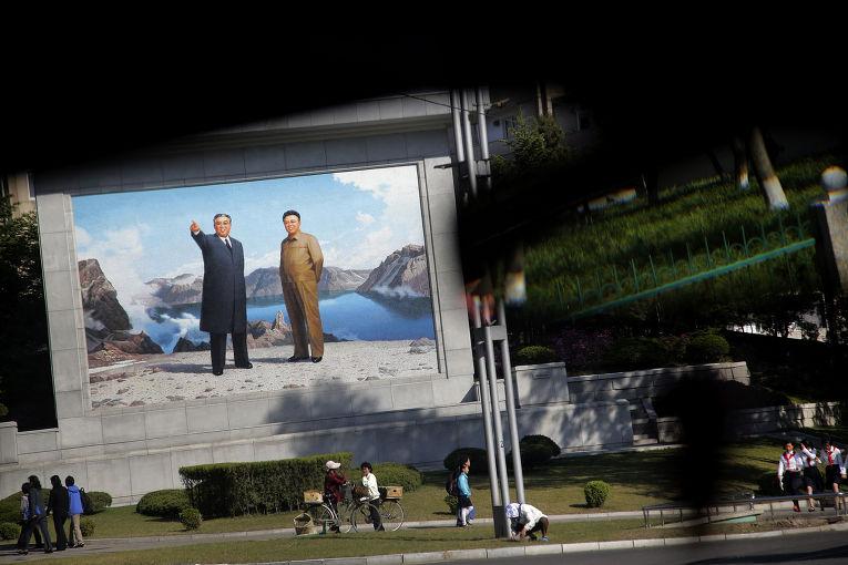 Портреты Ким Ир Сена и Ким Чен Ира на улице в Пхеньяне