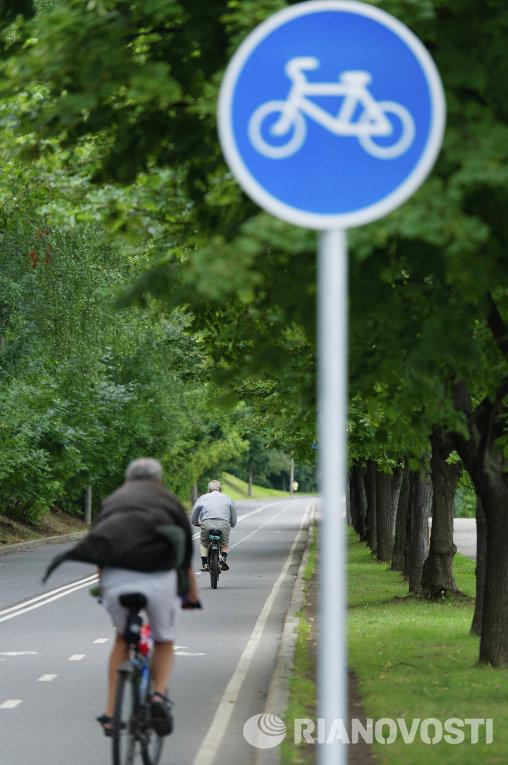 Велосипедная дорожка на Воробьевской набережной в Москве