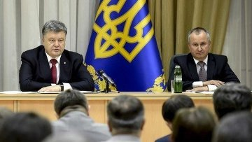 Президент Украины Петр Порошенко и временно исполняющий обязанности главы Службы безопасности Украины Василий Грицак