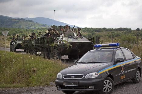 Украинские военные и полиция в деревне Бобовище рядом с Мукачево