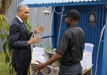 Барак Обама беседует с бизнесменом во время визита в Кению