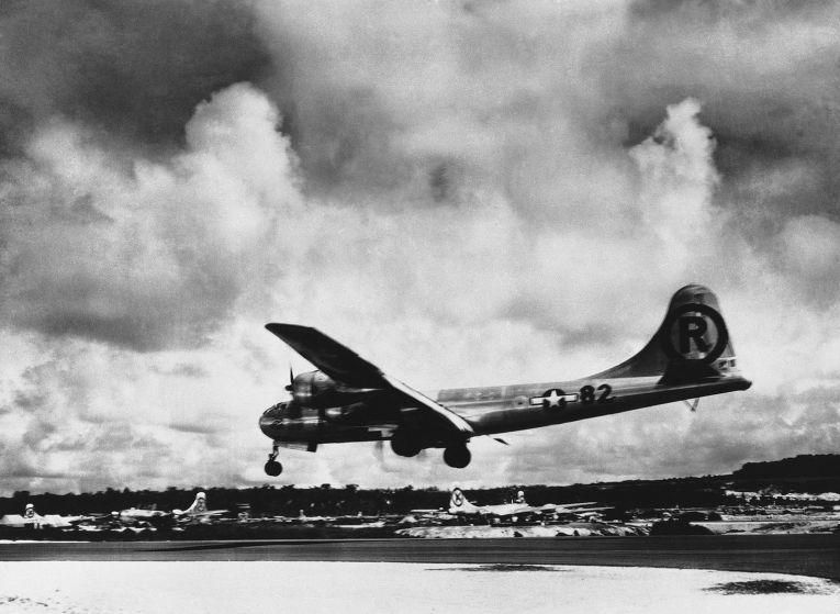 «Энола Гей» приземляется на базе Тиниан после бомбардировки Хиросимы