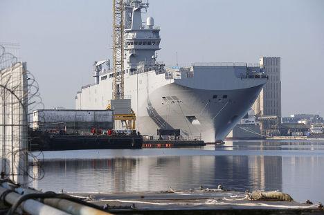 Вертолетоносец «Владивосток» типа «Мистраль» в порту города Сен-Назер во Франции