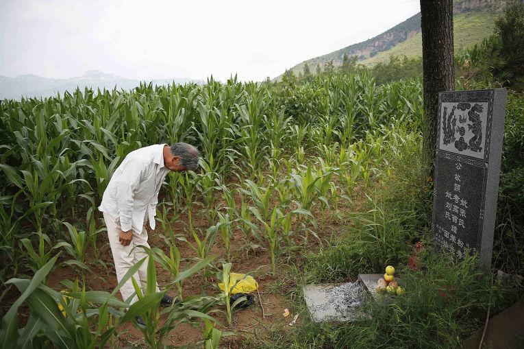 Чжан Шуанбин у могилы Лю Мяньхуань, бывшей «женщины для утешения»
