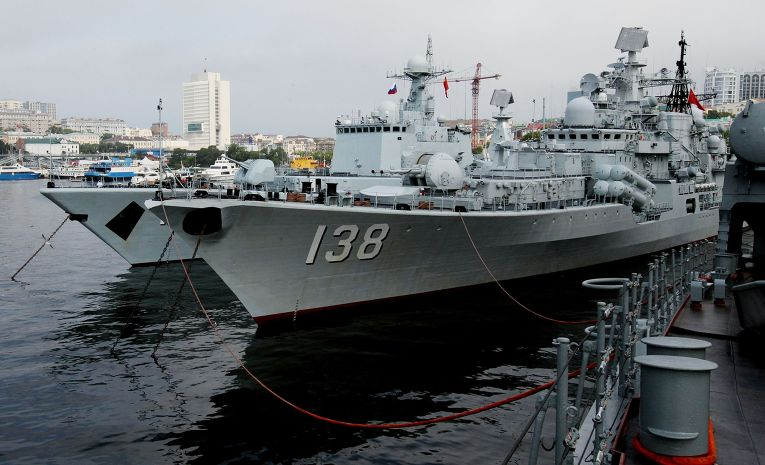 """Эсминцы """"Шеньян"""" (слева) и """"Тайчжоу"""", прибывшие во Владивосток в составе отряда из семи кораблей ВМС Китая для участия во втором этапе учений """"Морское взаимодействие - 2015"""""""