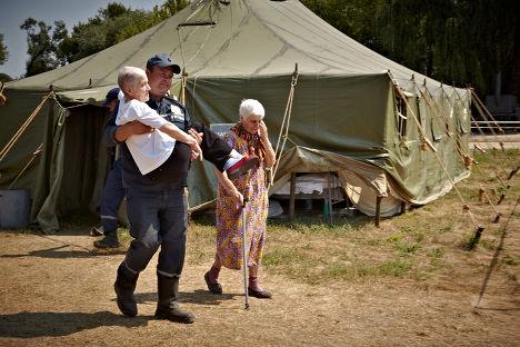Лагерь для беженцев из зоны силовой операции на юго-востоке Украины в Луганской области