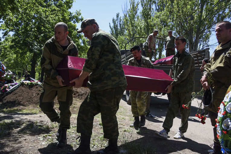 Похороны ополченца, погибшего во время боя за Марьинку в Донецкой области