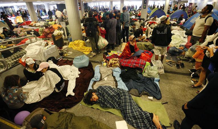 Беженцы на железнодорожной станции в Будапеште