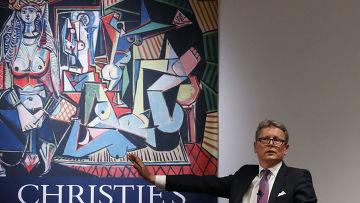 Глава глобального подразделения аукционного дома Christie's Юсси Пилкканен во время торгов картины Пабло Пикассо «Алжирские женщины»