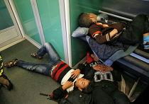 Беженцы из стран Ближнего Востока в поезде Будапешт - Вена