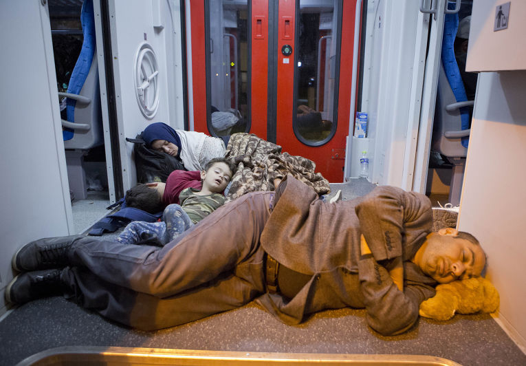 Беженцы спят на полу в поезде на севере Хорватии