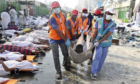 Спасатели несут одного из пострадавших во время давки в Мине
