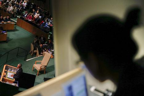 Журналист слушает выступление Барака Обамы на 70-й сессии Генеральной ассамблеи ООН