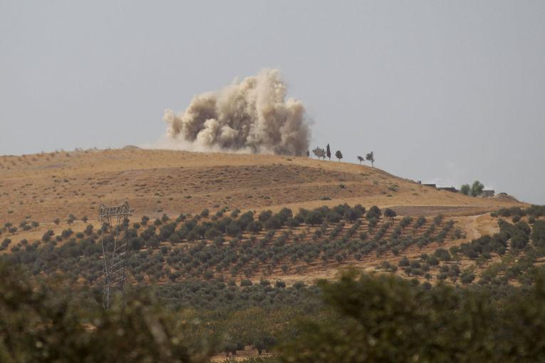Дым после российского авиаудара по целям в провинции Хама