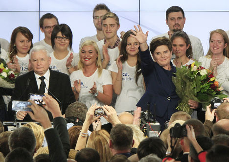Лидер партии «Право и справедливость» Ярослав Качиньский и кандидат на пост премьер-министра Беата Шидло после победы на парламентских выборах
