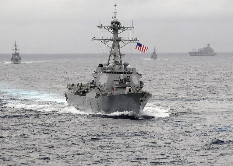 Американский эсминец в водах Тихого океана
