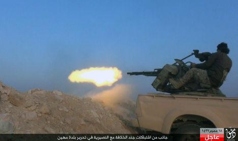 Боевик «Исламского государства» (запрещена в РФ) во время боя с сирийской армией в провинции Хомс