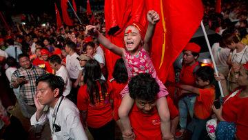 Сторонники Аун Сан Су Чжи и Национальной лиги за демократию радуются победе на выборах